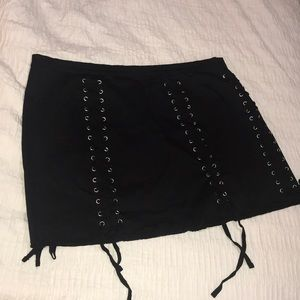 Black skirt with 4 rows of laces as detail. Comfy